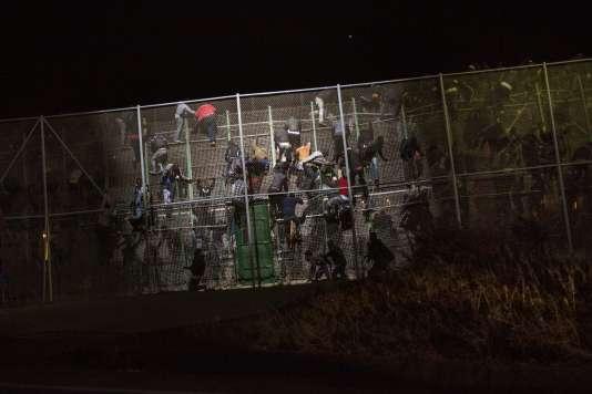 28 mai 2014, lors d'un assaut de centaines de migrants contre le mur de Melilla. (AP Photo/Santi Palacios, File)