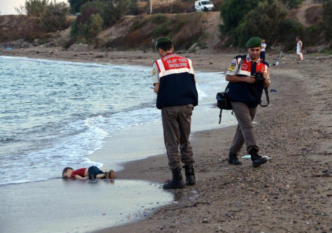Sur la plage de Bodrum, où le corps d'Aylan Kurdi a été retrouvé le 2 septembre.