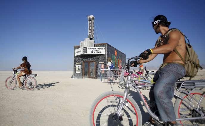 Pendant le festival, le désert se change en ville éphémère : ici le cinéma Black Rock Bijou.