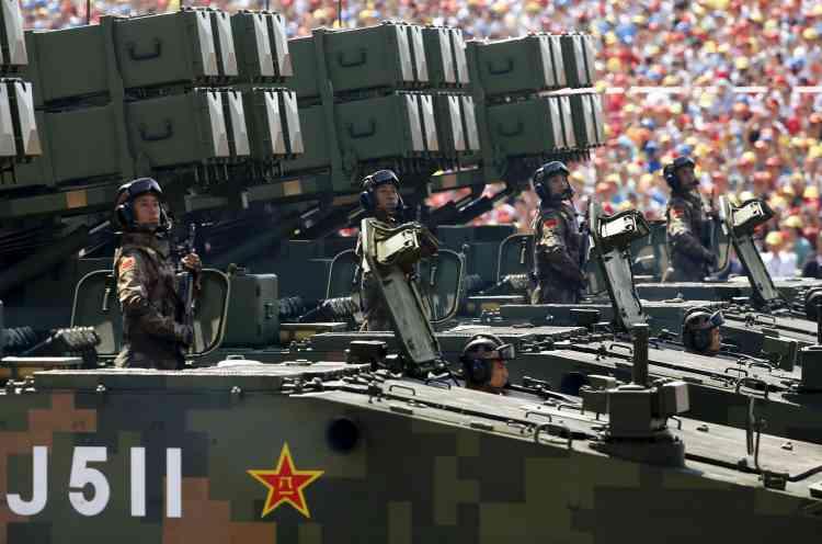 Des missiles anti-tank présentés à la foule.