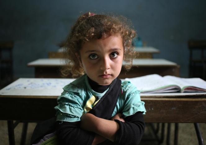 Une réfugiée syrienne dans une salle de classe d'une école publique de Kaitaa, dans le nord du Liban, en mai 2014.