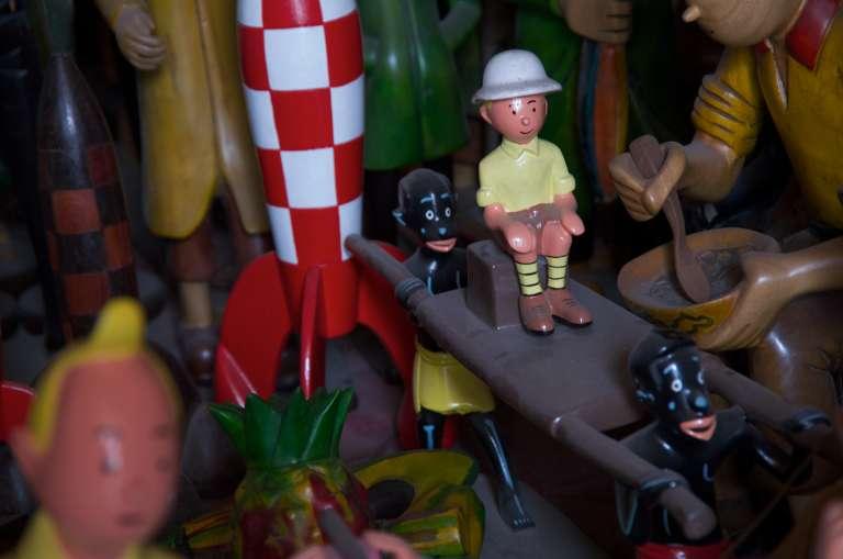 """Auguy Kakese n'a aucun complexe à sculpter des figurines représentant les Congolais dessinés par Hergé. """"Ce que Hergé dessine, c'est une vieille époque, c'est le Congo vu par les colons""""."""
