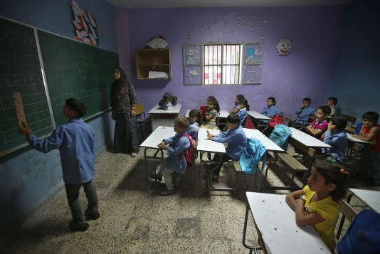 Des enfants syriens suivent un cours de français dans une salle de classe d'une école publique du village de Kaitaa, dans le nord du Liban, en mai 2014. Des milliers d'autres enfants syriens n'auront pas la même chance.