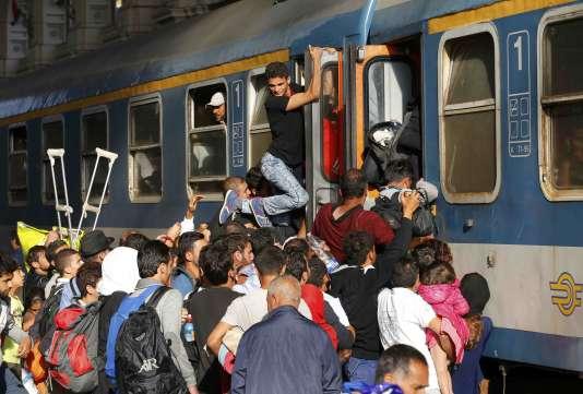 Des migrants prennent d'assaut un train dans la gare de Keleti, à Budapest, le3septembre.