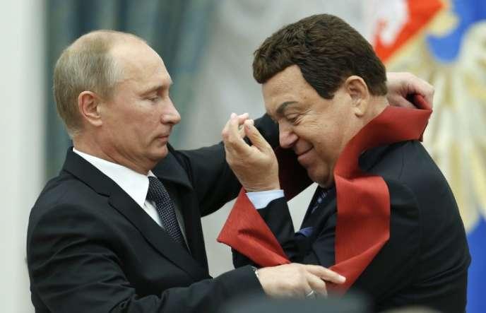 Le président russe, Vladimir Poutine, remet une décoration à Iossif Kobzon lors d'une cérémonie au Kremlin, le 29 août.
