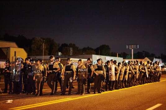 Des officiers de police de la ville de Ferguson le 10 août 2015.