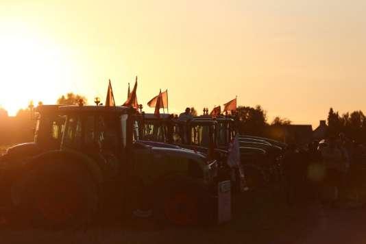Des agriculteurs sur leurs tracteurs à Saint-Manvieu-Norrey, près de Caen, le2septembre au soir.
