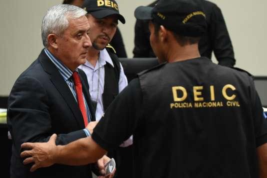 Otto Pérez est emmené par la police à l'issue d'une audition à la Cour suprême, à Guatemalale, le 3 septembre.