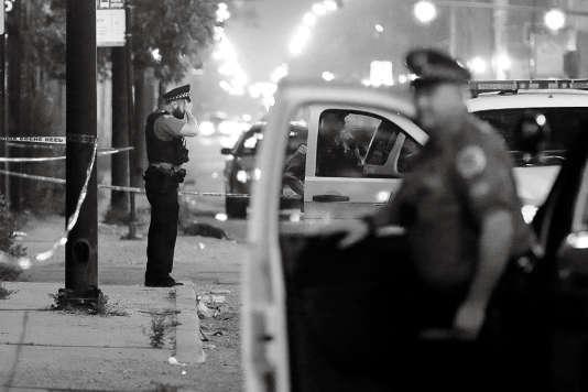 A Chicago, des policiers sur les lieux d'une fusillade durant la Fête nationale.