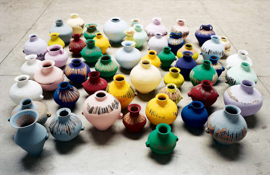 """Avec """"Coloured Vases"""" (2015), Ai Weiwei évoque la circulation de fausses pièces archéologiques en Chine."""