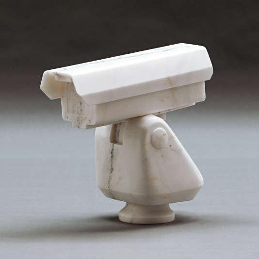 """""""Surveillance Camera"""" (2010), marbre, est une allusion directe à la surveillance dont son atelier faisait l'objet à Pékin."""