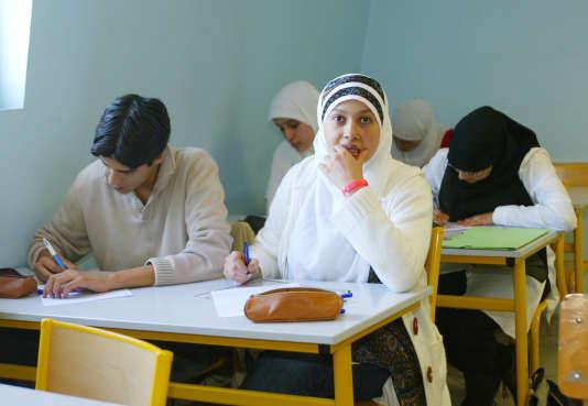 des étudiants du Lycée privé musulman Averroes travaillent, le 03 septembre 2004 à Lille, lors du deuxième jour de classe de l'année scolaire 2004-05.   AFP PHOTO FRANCOIS LO PRESTI