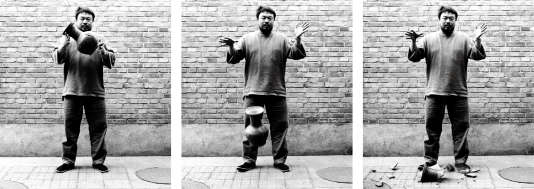 """""""Dropping a Han Dynasty Urn"""" (1995). Cette performance durant laquelle Ai Weiwei brise un vase traditionnel dénonce le sacrifice du patrimoine historique chinois durant la Révolution culturelle."""