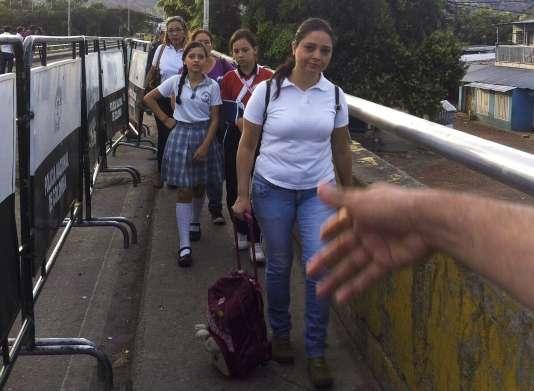 Un « corridor humanitaire » a été mis en place entre la Colombie et le Venezuela pour mettre à 2 067 enfants de retourner en classe.