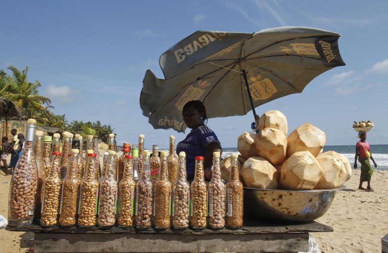 Une vendeuse sur la plage de Grand Bassam, à 25 km d'Abidjan.