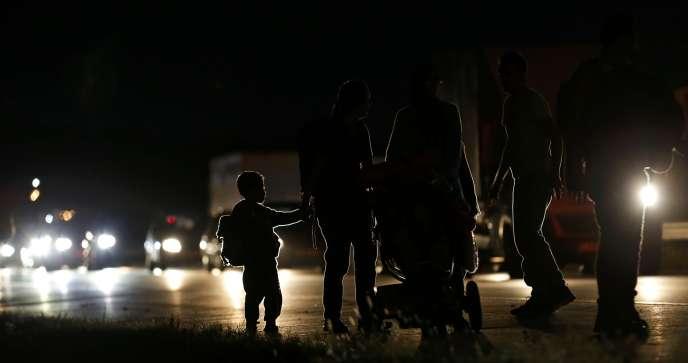 Des migrants à la frontière entre la Hongrie et l'Autriche, à une vingtaine de kilomètres de Budapest, en septembre 2015.
