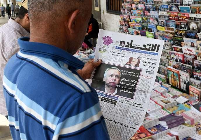 Un kiosque de journaux au Maroc, avec une photo du journaliste Eric Laurent en première page d'un quotidien, le 29 août 2015 à Rabat.