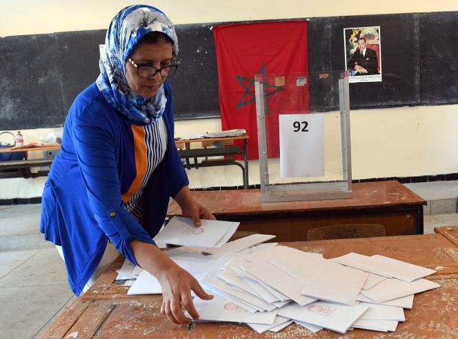 Dépouillement des bulletins de vote à Rabat, après les scrutins locaux du vendredi 4 septembre au Maroc.
