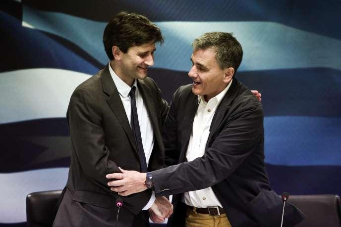 Le ministre grec des finances, George Chouliarakis, et son prédecesseur, Euclide Tsakalotos, à Athènes, le 28 août.
