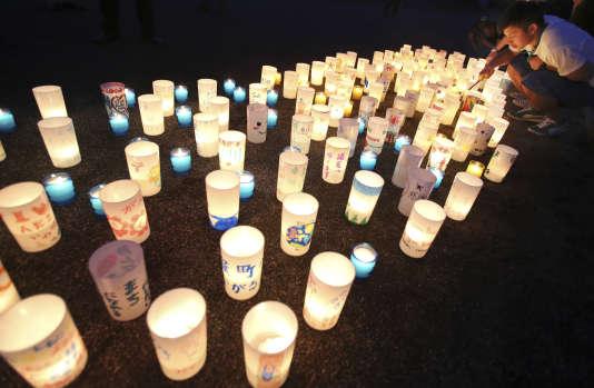 Une veillée aux chandelles a eu lieu dans la commune de Naraha, au Japon, redevenue habitable quatre ans après la catastrophe de Fukushima.
