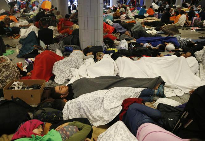 Des réfugiés dorment dans la gare internationale de Keleti, à Budapest, dans la nuit du 4 septembre.