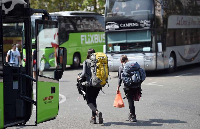 Des voyageurs à la gare routière internationale de la Porte Maillot à Paris le 12 août 2015.