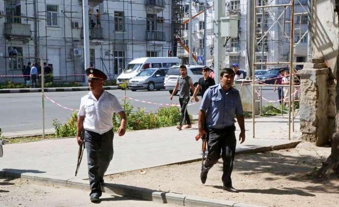 La police sécurise une zone de la capitale, Douchanbé, après de violents accrochages qui ont opposé les forces de sécurité à des hommes armés qualifiés de terroristes par le ministère de l'intérieur, le 4 septembre.