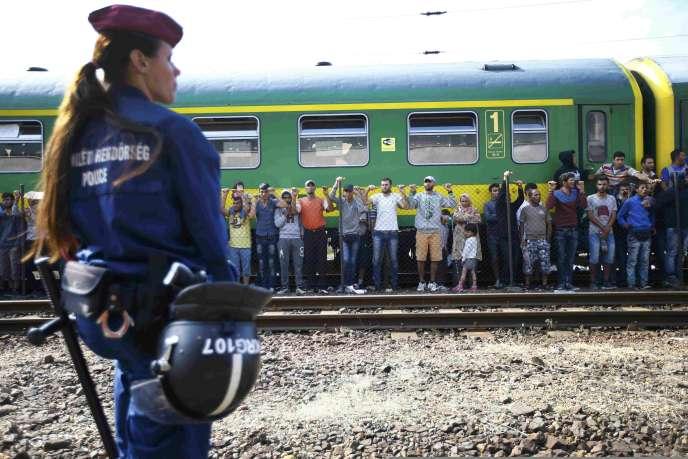 La police hongroise tente de forcer les quelques 500 passagers d'un train en direction de la frontière autrichienne à regagner un camp de réfugiés, en gare de Bicske vendredi 4 septembre.