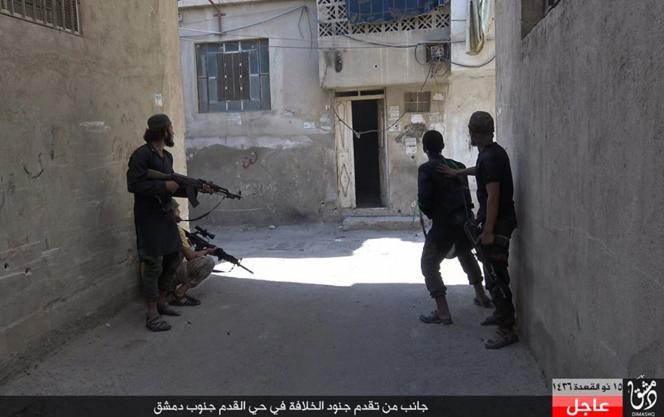 Image tirée d'une page Facebook tenue par des sympathisants de l'Etat islamique, montrant des combattants de l'EI à Qadam, un quartier du sud de Damas, en partie contrôlé par l'opposition au régime syrien.