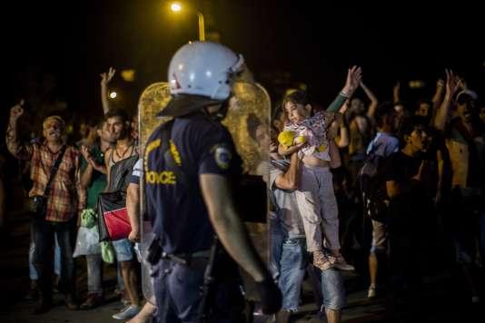 Des centaines de migrants ont manifesté, aux cris de « Asile, Asile », devant le principal centre d'accueil de l'île de Lesbos contre les lenteurs des procédures d'enregistrement retardant leur transfert vers Athènes.