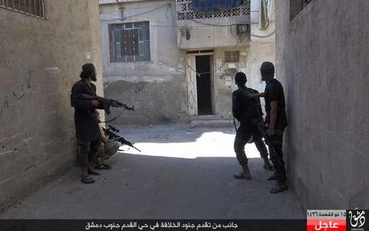 Image tirée d'une page Facebook tenue par des sympathisants de l'Etat islamique, montrant des combattants de l'EI à Qadam, un quartier du sud de Damas, en partie contrôlé par l'opposition au régime Assad.