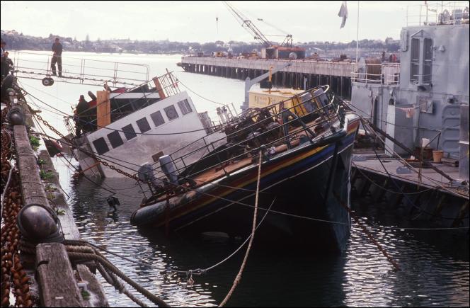 Le Rainbow Warrior, coulé dans la baie d'Auckland (Nouvelle-Zélande), le 14 août 1985.