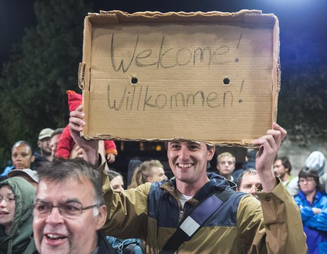 Des allemands accueillent les migrants à la gare de Saalfeld le 5 septembre 2015.