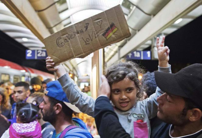 Des migrants arrivent à la gare de Saalfeld en Allemagne le 5 septembre 2015.