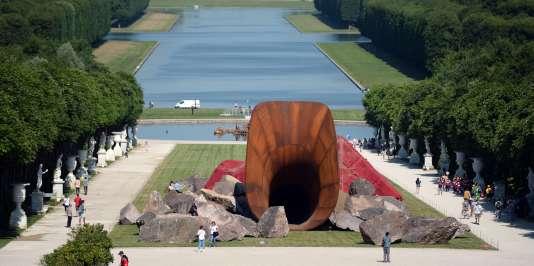 """""""Dirty Corner"""", l'œuvre du Britannique Anish Kapoor, est selon les mots de l'artiste une évocation du """"vagin de la reine""""."""