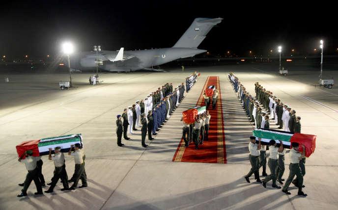 Les cercueils de soldats des Emirats arabes unis tués au Yémen arrivent à Abou Dhabi, le 5 septembre.