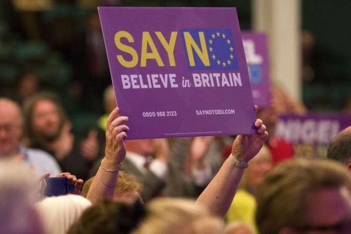 Un militant du parti UKIP brandit une pancarte proclamant son opposition à l'Union européenne à Margate en Angleterre le 7 septembre 2015.