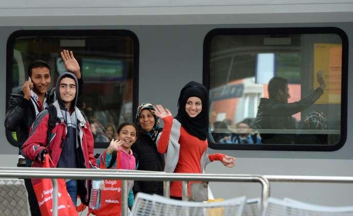 Pour la seule journée du 6 septembre, « a priori quelque treize mille personnes » sont arrivées à Munich, selon la Deutsche Presse-Agentur, qui cite Simone Hilgers, une porte-parole du district de Haute-Bavière.