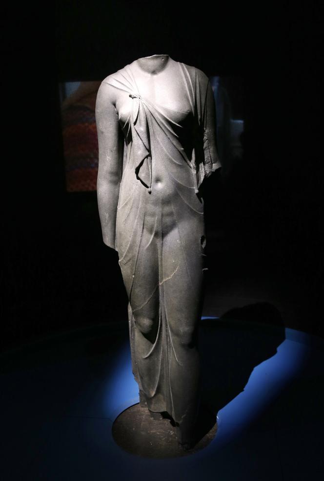 Statue d'une reine égyptienne présentée dans l'exposition de l'Institut du monde arabe à Paris.