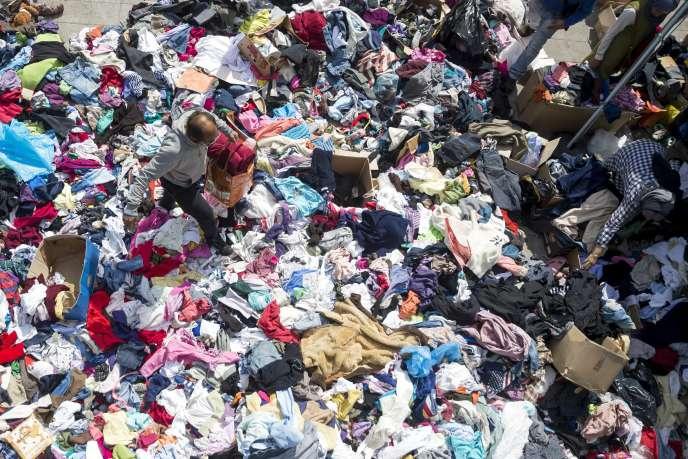 Des migrants choisissent des vêtements parmi ceux fournis par des bénévoles, le7septembre à Budapest.