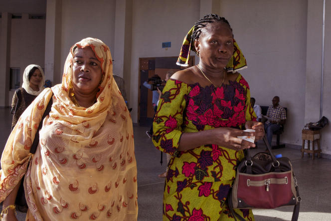 Haoua Brahim Faradj (à gauche) et Rachel Mouaba, victimes de l'ancien dictateur du Tchad, Hissène Habré, arrivent au tribunal à Dakar pour témoigner, le 7 septembre 2015.
