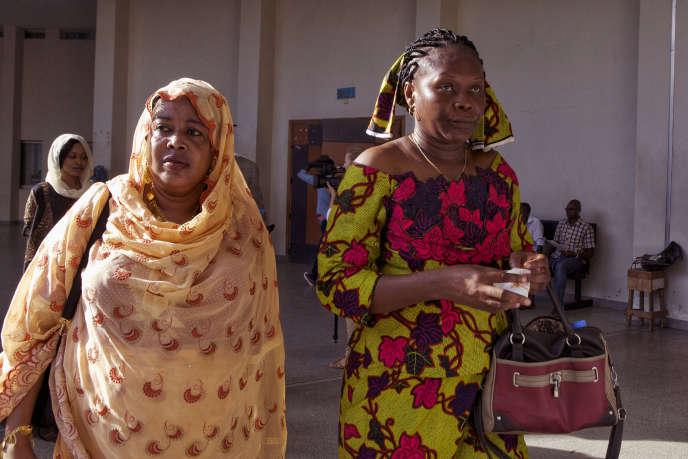 Haoua Brahim (à gauche) et Rachel Mouaba, victimes d'Hissène Habré, arrivent au tribunal à Dakar, le 7 septembre.