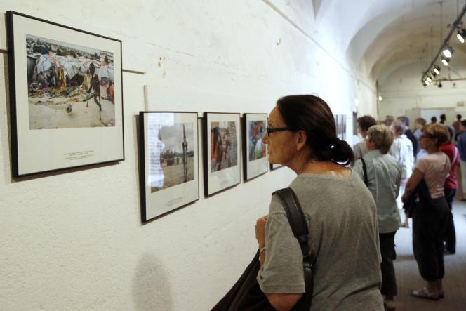 Des visiteurs regardent le travail de Mohamed Abdiwahab sur la Somalie, présenté au festival