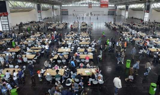 Accueil de réfugiés dans un hall d'exposition à Munich lundi 7 septembre.
