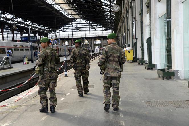 Des soldats français patrouillent à la Gare de Lyon à Paris le 16 juin 2014.
