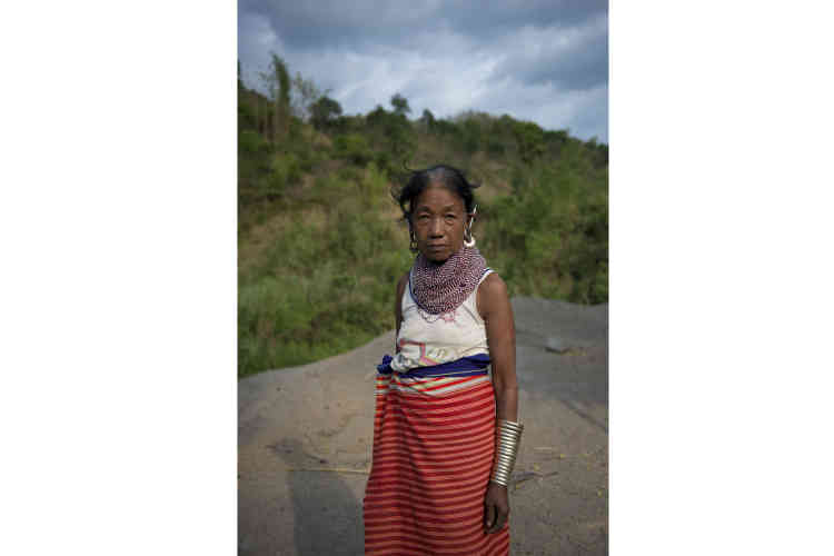 Cette habitante du village de Darnamtlang fait partie des villageois qui ont quitté le sommet de la colline pour s'installer en contrebas, au bord de la nouvelle route encore en chantier, malgré l'interdiction des autorités.