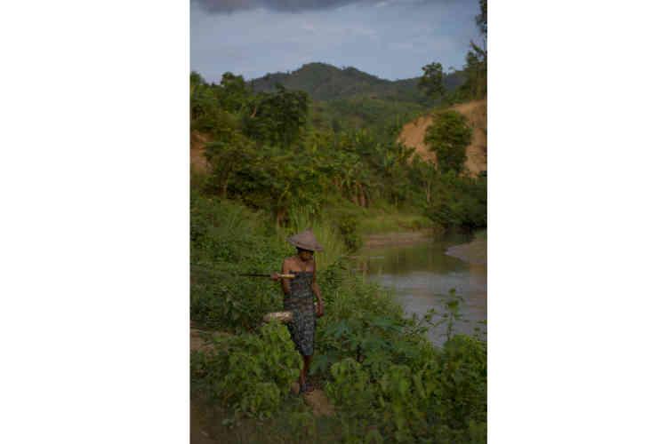 Une habitante du village de Hmawngbuchhuah, à 4 kilomètres de la frontière Indio-Birmane. De l'autre côté de la rivière Kaladan, visible derrière, la route NH 502A prendra fin pour laisser place à une autre du côté Birman.