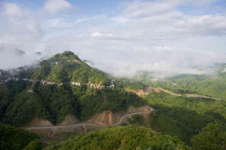 Vue de la route NH 502A depuis son point de départ à Lawngtlai, dans le Mizoram. Cette route de 91 kilomètres va relier l'Inde à la Birmanie.