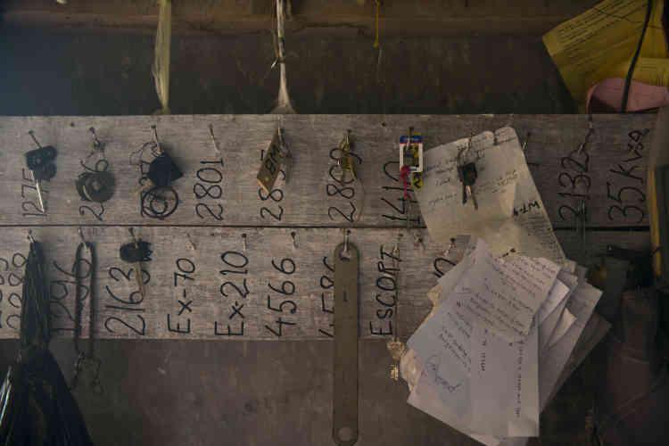 Dans le dortoir des ouvriers et des superviseurs, les clés des engins sont accrochées à un panneau de bois. Il arrive que certaines machines tombent dans un ravin. En cas d'accident, elles sont couvertes par les assurances. Ce qui n'est pas toujours le cas pour les ouvriers.