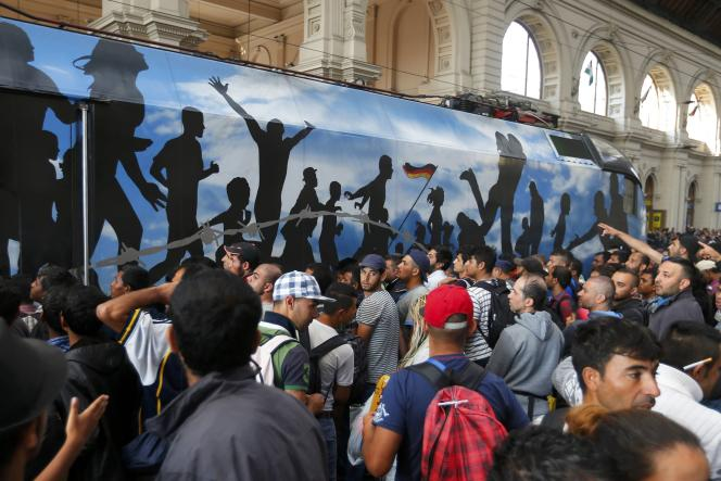 En gare de Keleti (Hongrie), des migrants attendent sur le quai le 3 septembre 2015.